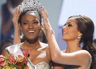 Ximena Navarette (Mexico), Miss Universe 2010, crowns Leila Lopes (Miss Angola) as Miss Universe 2011