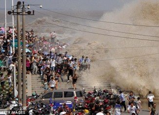 Viewing the tidal bore has become an annual tradition for people living by the mouth of the Qiantang River and a popular attraction for visitors as well