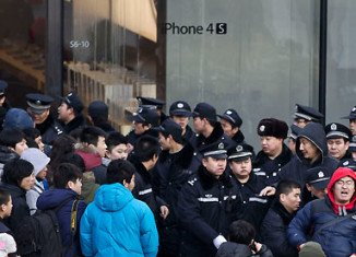 Apple has decided to halt the sale of all iPhone models from its stores in China, after large crowds disrupted the launch of the iPhone 4S