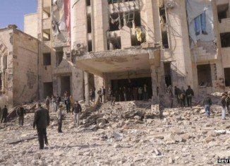 At least 25 people have been killed in two bomb attacks targeting security forces compounds in Syria's second city of Aleppo