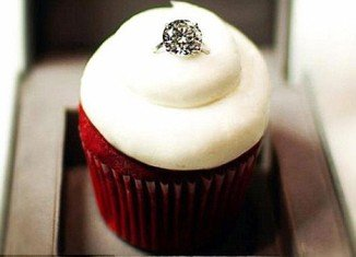 For this Valentine's Day, a bakery in Pennsylvania is offering cupcakes decorated in eight carat engagement rings