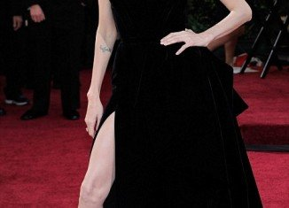 Angelina Jolie claims she has paid no notice to the furor that followed her leg-baring incident at this year's Oscars last month