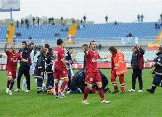 Italian midfielder Piermario Morosini has died following a suspected heart attack on the pitch in Pescara