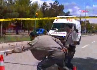 A policeman has been killed and 17 people have been injured in a suspected suicide bomb attack outside Pinarbasi police station in the central Turkish province of Kayseri