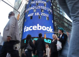 Facebook shares have fallen in early trading on Wall Street to below the price at which they were floated