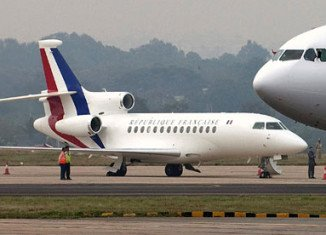 Francois Hollande's plane was apparently hit by lightning during his flight to Berlin