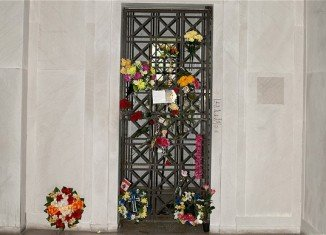 Elvis Presley's crypt, in which the artist was first buried, has been withdrawn from a Los Angeles auction after protests it should be kept as a shrine