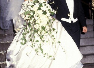 Mariah Carey married Tommy Mottola in 1993 in a Vera Wang sweetheart gown with a 27-foot train, they divorced four years later
