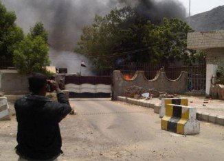 Suspected Al-Qaeda militants have attacked the intelligence headquarters of Yemen's southern city of Aden killing 14 people