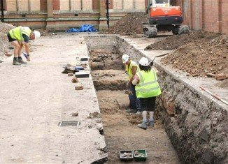 A dig under a council car park in Leicester has found remains with spinal abnormalities and a cleaved-in skull that suggest it could be Richard III