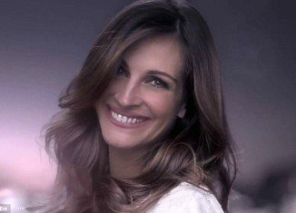 Julia Roberts glows and looks youthful in the latest Lancôme fragrance advert for La Vie Est Belle