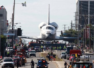 Los Angeles residents have been turning out to watch the US space shuttle Endeavour as it inches through the city on a giant trolley