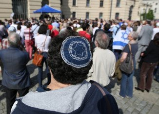The German government has backed new legislation aimed at ending a legal dispute over the religious tradition of circumcision