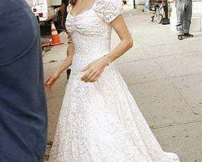 Angelina Jolie has reportedly chosen L'Wren Scott to create the dress for her wedding to Brad Pitt