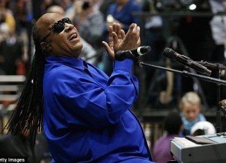 Stevie Wonder opened a rally for Barack Obama by rocking the arena at the University of Cincinnati with a rendition of Keep on Running