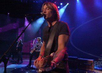 Keith Urban is a judge on American Idol and last night showed the hopefuls how things were done as he took to the stage for a performance of his own.