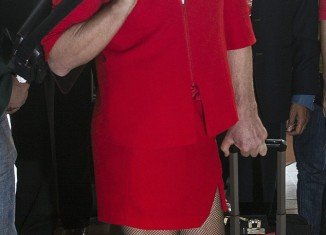 Richard Branson forced to dress as a stewardess after losing Formula 1 bet with AirAsia chief Tony Fernandes