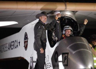 Solar Impulse plane, which is powered only by the Sun, has completed the first leg of a journey that aims to cross the US after landing in Arizona