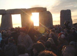 Thousands of people in UK have gathered at Stonehenge for the sunrise on the summer solstice