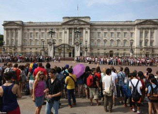 Well-wishers have gathered outside Buckingham Palace as the world anxiously waits for Kate Middleton to give birth to the future king or queen