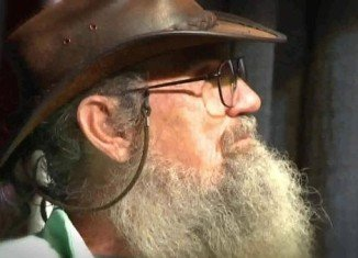 Si Robertson didn't want to write a book about his life because he felt that with having served in the military for 25 years he hadn't created enough memories with his family to share with his fans