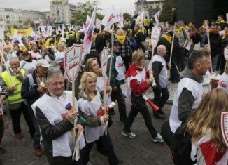 Tens of thousands of protesters have marched through Warsaw in the last of four days of Polish protests against proposed labor law changes