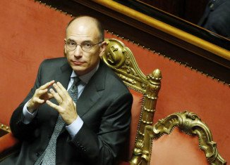 Enrico Letta has won a confidence vote after a last-minute U-turn by former PM Silvio Berlusconi