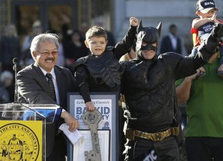 Thousands of people in San Francisco have turned out to help 5-year-old Miles Scott recovering from leukaemia fulfill his wish to be Batman for a day
