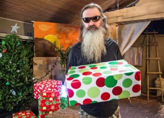 Phil Robertson takes Miss Kay and Jessica for a hunting trip to catch a hog for the family's Christmas dinner