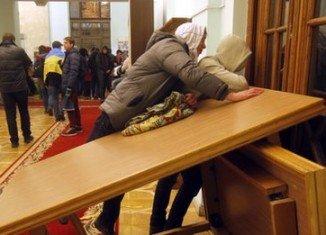 Ukrainian activists are blockading the government buildings in Kiev