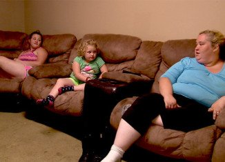 On tonight's episode of Here Comes Honey Boo Boo, Mama June lets Jessica and Anna go on a double date with the whole family there to chaperone