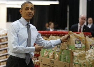 President Barack Obama is taking his campaign for a minimum wage rise to the streets, visiting local businesses after his State of the Union address