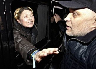 Yulia Tymoshenko has arrived in Kiev's Independence Square to cheers of thousands, hours after being freed from jail