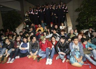 Hundreds of Taiwanese students have occupied government headquarters to protest at a trade deal with China