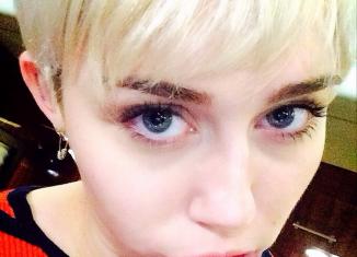 Miley Cyrus showed off her new sad cat Emoji lip tattoo