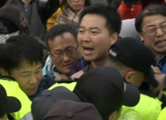 Families of passengers on sunken South Korean ferry Sewol have protested angrily over the rescue operation