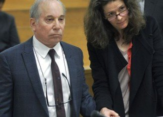 Paul Simon and Edie Brickell holding hands at court hearing in Norwalk