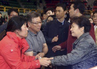 South Korean President Park Geun-hye met the families of the Sewol ferry missing passengers