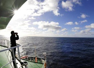 Teams searching for the missing Malaysia Airlines plane will wait for further contact with signals picked up over the weekend before using a submersible down to search for debris