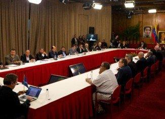 Venezuela's President Nicolas Maduro has met opposition leaders in crisis talks aimed at quelling weeks of protests