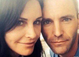 Johnny McDaid and Courteney Cox posted an engagement announcement simultaneously on their individual Twitter accounts