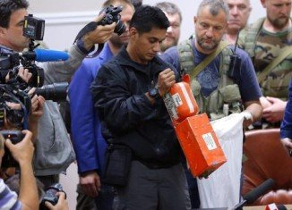 Ukrainian separatists have handed over two flight-data recorders from the downed MH17 plane to Malaysian experts