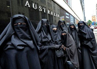 Australia's government has reversed a decision which would have restricted access to parliament in Canberra for women wearing full-face Islamic veils